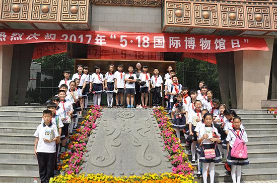 桐淮少先队员来到博物馆参加庆祝活动