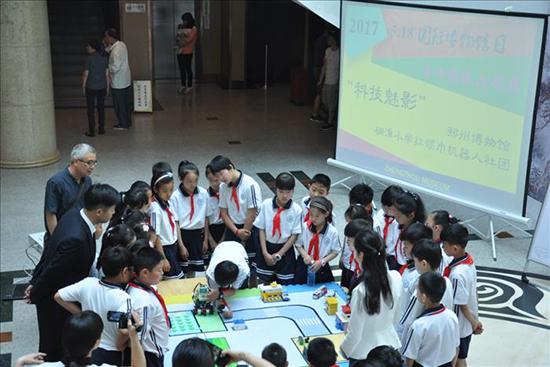 桐淮红领巾机器人社团 在庆祝活动中精彩展示_31343134