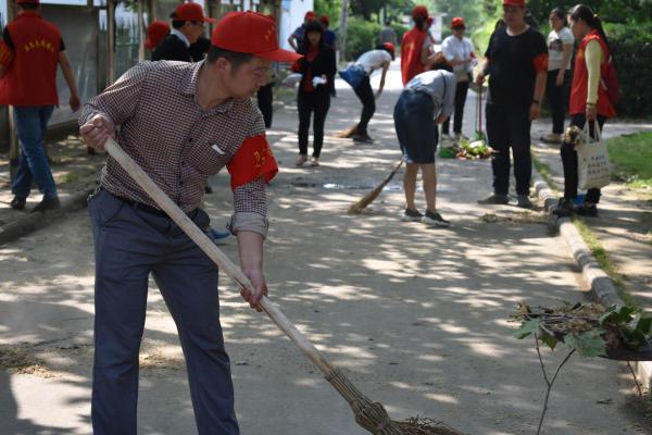 """""""清洁家园""""行动,志愿者在热火朝天清扫垃圾"""