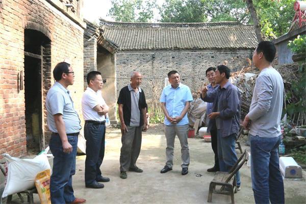 舞阳法院院长(图左四)走进扶贫联系村,了解实情。