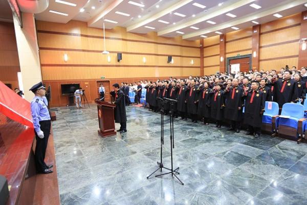 信阳中院员额法官在张新中院长的带领下宣誓