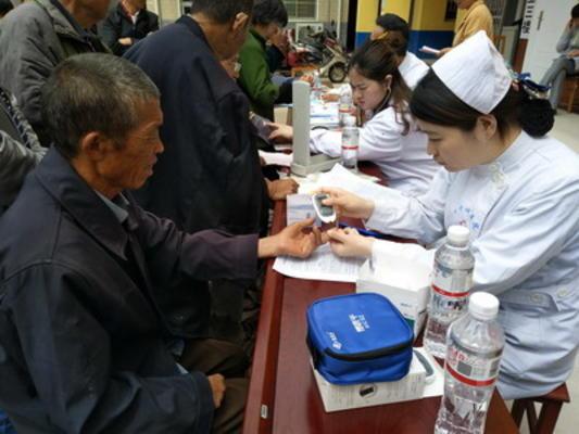 图3医护人员为群众测血糖