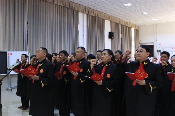 郾城区法院举行员额法官宣誓仪式,院长滕宝成领誓。