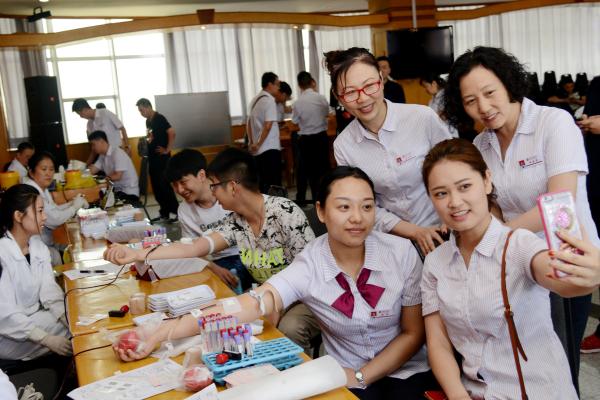 平顶山银行组织百余名员工积极参加无偿献血活动