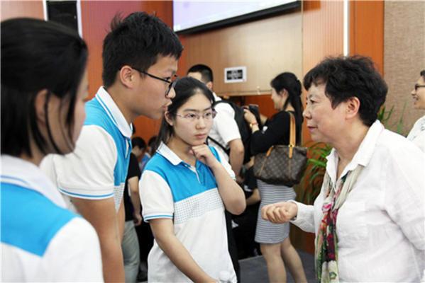 高建女士与同学们亲切交谈