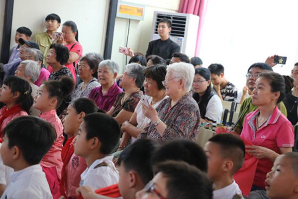 """5伏牛路小学工会邀请退休的爷爷奶奶和孩子们一起过""""六一""""_副本"""