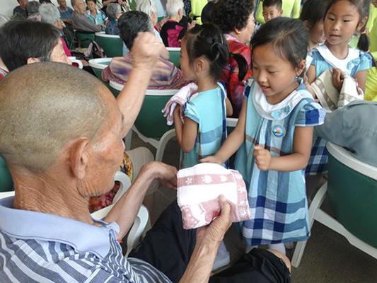 孩子们为老人送上慰问品