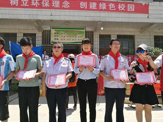 蔡沟小学向捐赠单位颁发捐赠证书