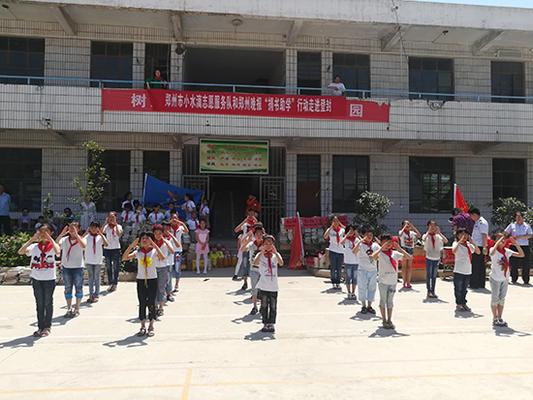 蔡沟小学的孩子手语表演《感恩的心》