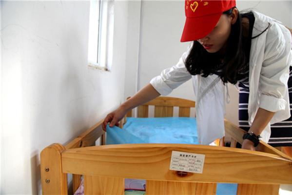 经开区实验中学志愿者在整理床铺