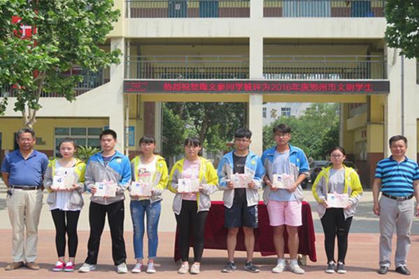 李刚校长、连江峰书记为学生颁发毕业证书