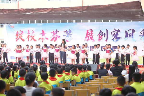 国际班外教与学生共同展示