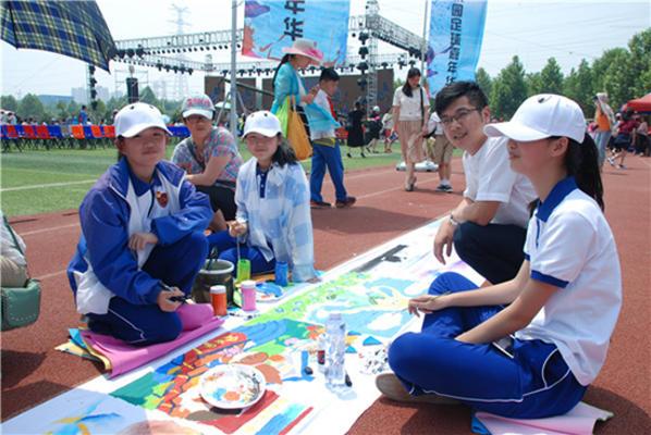 绘美社学生参赛百米画卷