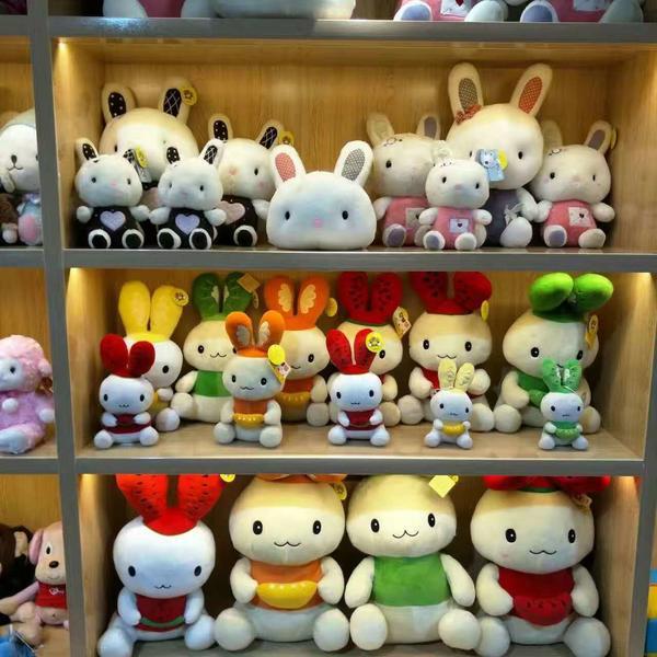 厂子里生产的多种多样、憨态可掬的毛绒玩具