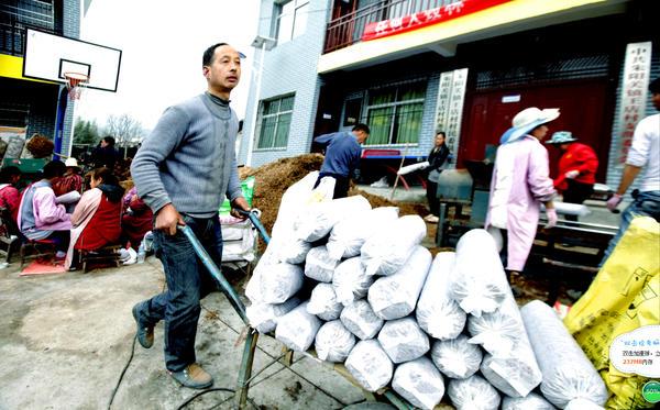 3、村民运输袋料