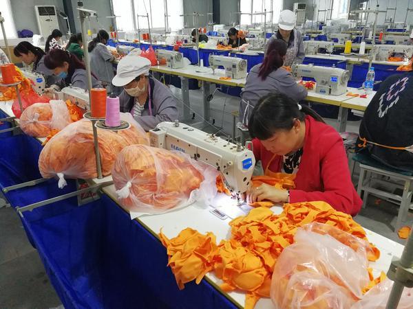 """工人们正在厂子里紧张赶制出口韩国和欧美的""""火龙""""毛绒玩具"""