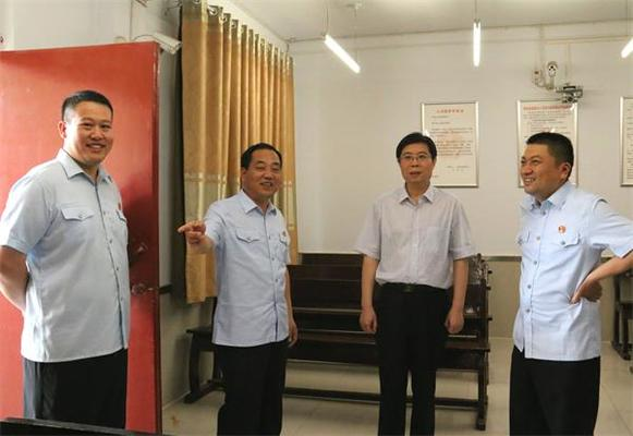 陈松林察看舞阳县法院城关镇法庭。