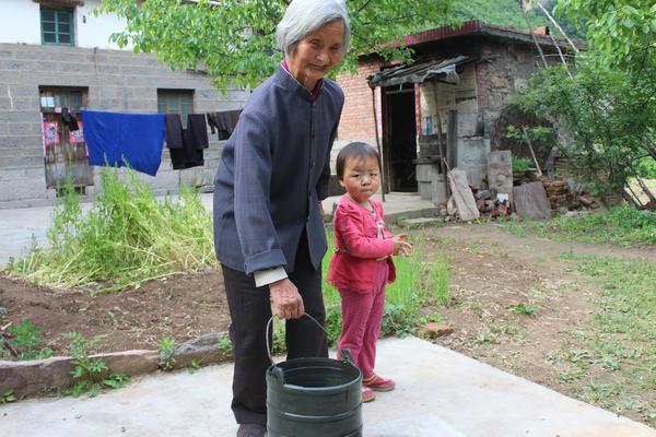 上坪村5申秀华老人从井里打水